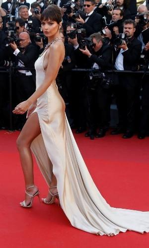 A modelo Emily Ratajkowski apostou em um longo nude com uma fenda generosa e abertura nas costas