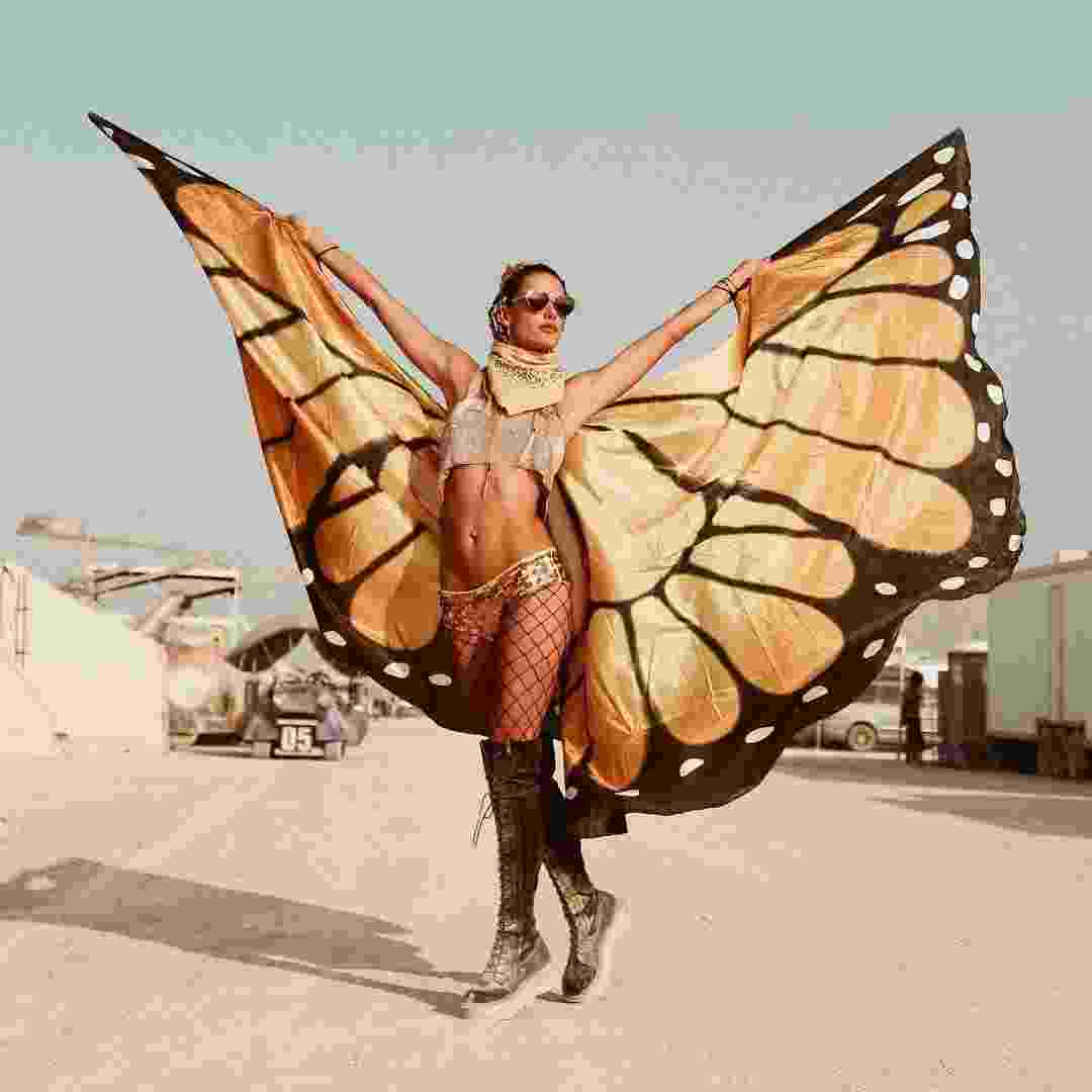 Alessandra Ambrósio aproveitou o festival Burning Man, realizado em no deserto no Nevada, EUA, para participar de um ensaio de lingerie da grife Victoria?s Secret, da qual ela faz parte - Reprodução/Instagram