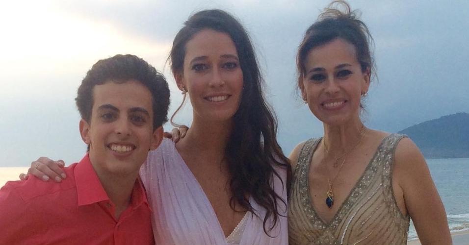 A noiva Maria Fernanda posa com a atriz Daniela Escobar e o irmão, André Matarazzo