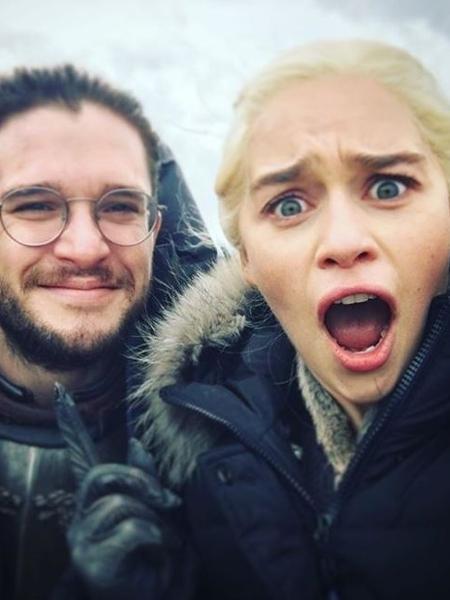 """Kit Harrington e Emilia Clarke nos bastidores de """"Game of Thrones"""" - Reprodução/Instagram"""