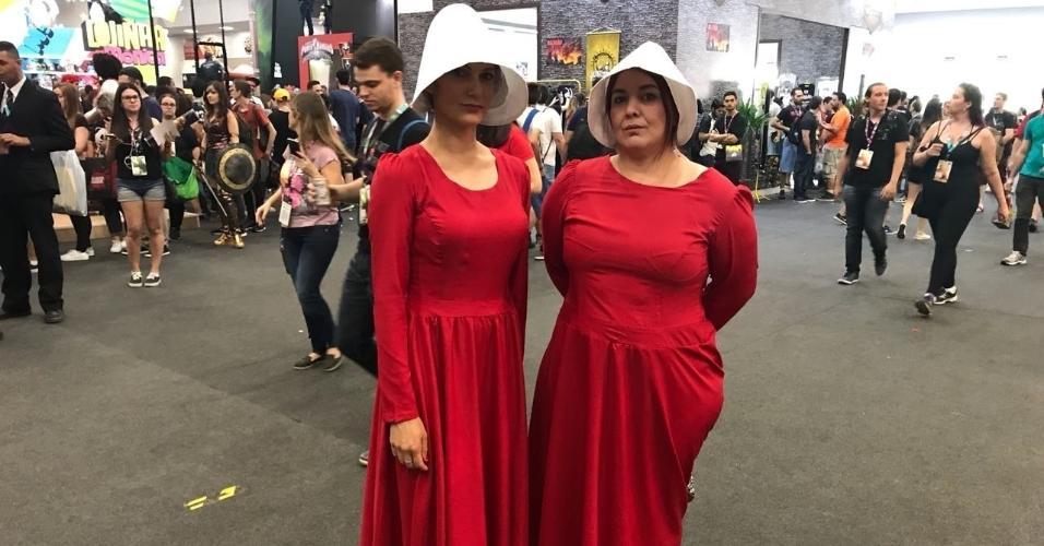"""Inspiradas em """"The Handmaid's Tale"""", Alessandra Pires, 36, e Kuko Bertolino, 38, são de Passo Fundo (RS) e estão curtindo a CCXP"""