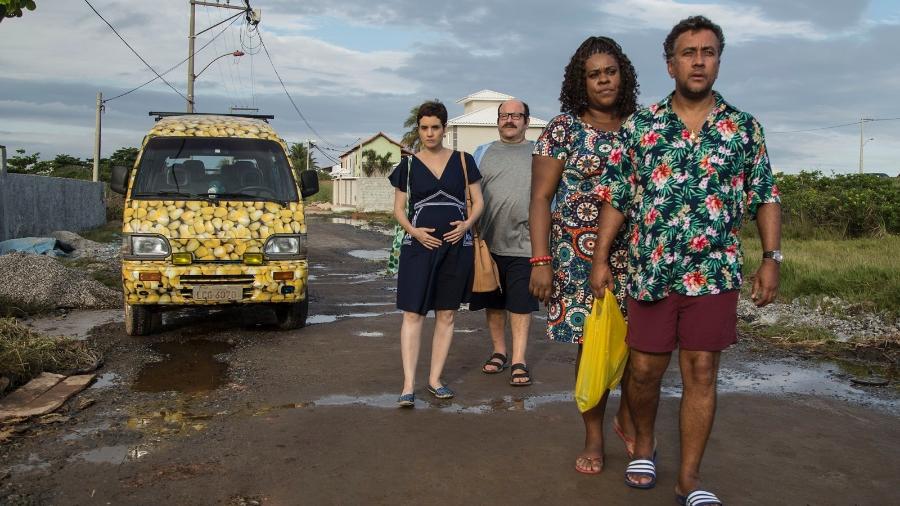"""Cena do filme """"Os Farofeiros"""", que mostra a história de um grupo de amigos passando perrengues na praia - Divulgação"""