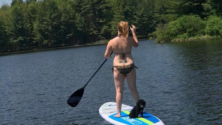 Amy Schumer passeia de stand up paddle com sua cachorrinha - Reprodução/Instagram
