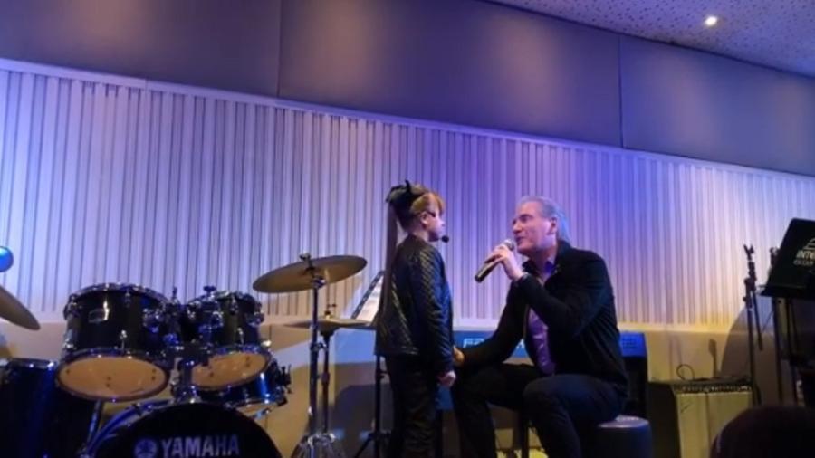 Em vídeo, Roberto Justus canta com Rafinha em escola - Reprodução/Instagram/robertoljustus
