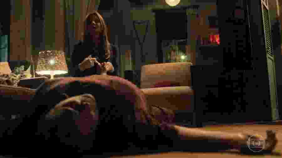 Laureta (Adriana Esteves) mata Januária (Zeca de Abreu) com uma injeção de ar - Reprodução/Globo