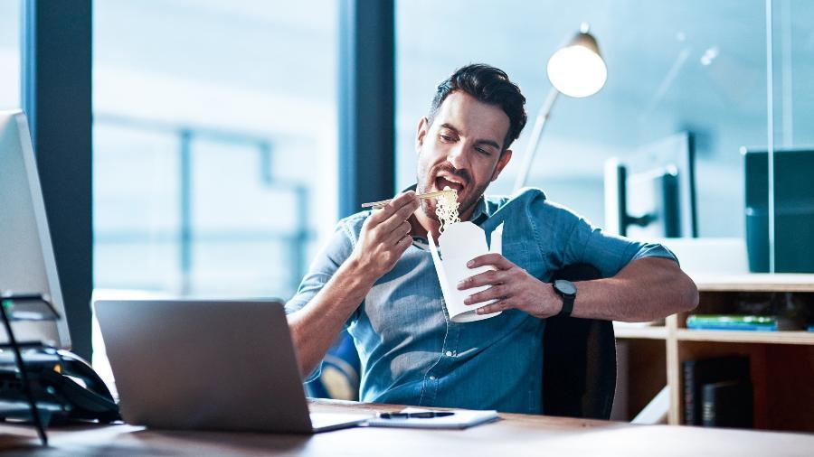 Os maiores excessos dos brasileiros são consumir alimentos não saudáveis (42%), compras por impulso (29%) e trabalhar demais (27%) - iStock