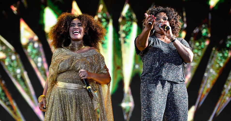 A cantora Mariene de Castro recebe Margareth Menezes em seu show no Festival Virada Salvador