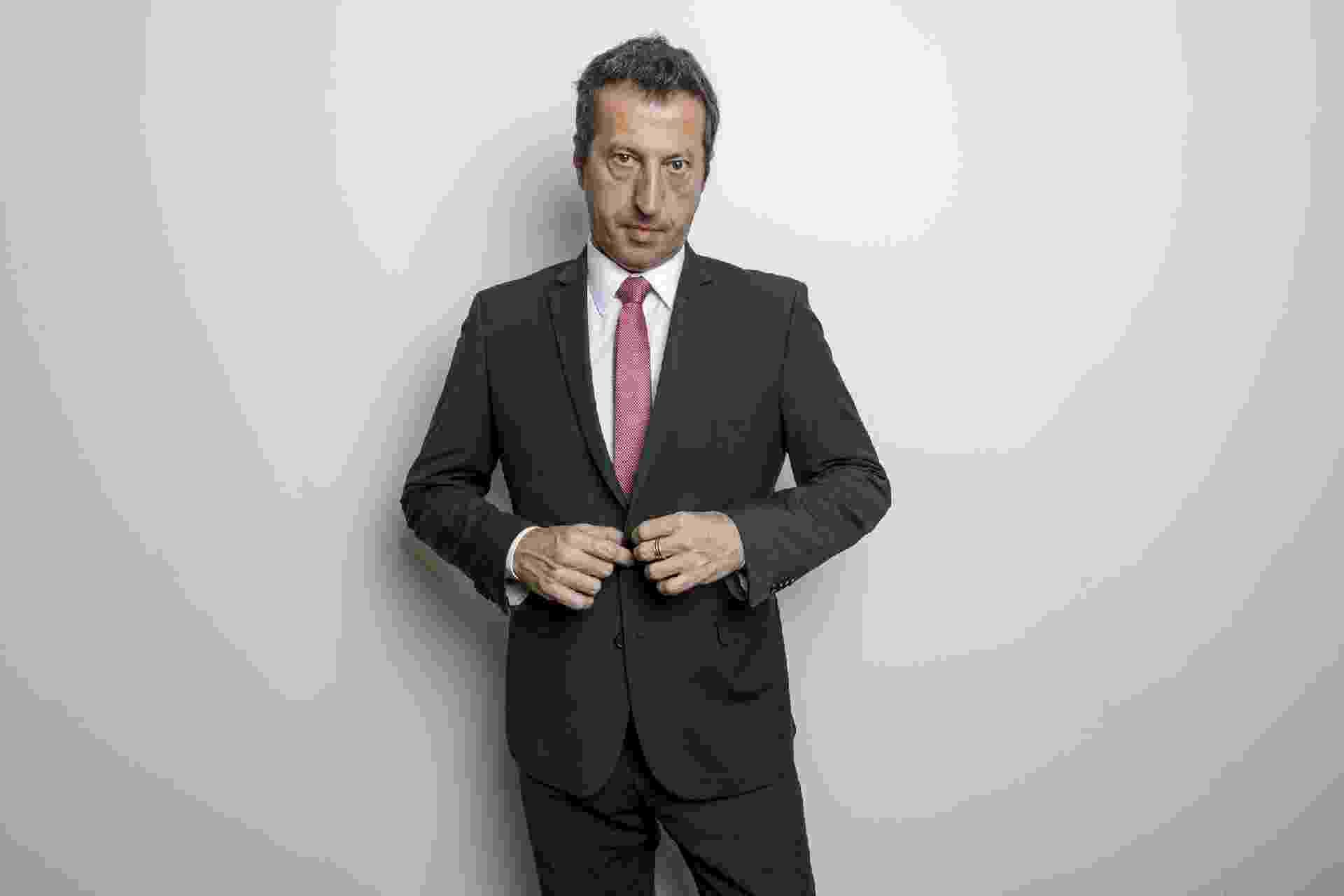 Terno e gravata são o traje cotidiano de Fernando Magrin como executivo de uma companhia aérea - Mariana Pekin/UOL