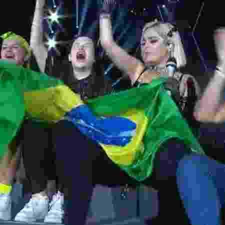 Bebe rexha recebe fãs com bandeira do Brasil no palco Mundo do Rock in Rio - Reprodução/Multishow