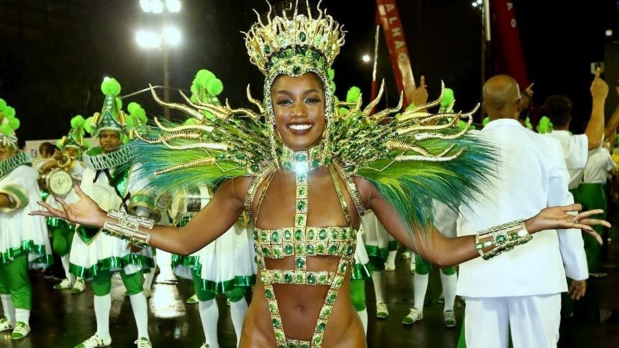 Pela Imperatriz Leopoldinense, cantora Iza agita Marquês de Sapucaí com fantasia verde e dourada - Rogério Fidalgo/AgNews