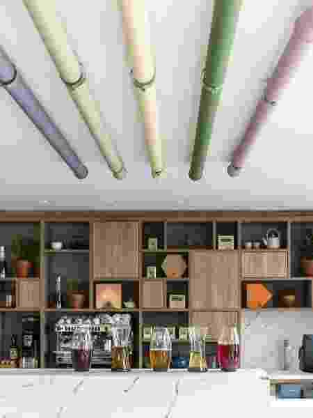 Canos coloridos usados para decorar o interior da casa e esconder os fios - Reprodução/Pinterest