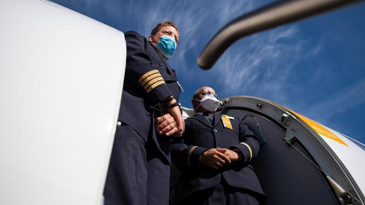 Piloto e comissário de bordo da Lufthansa trabalham em aeroporto de Munique - Getty Images - Getty Images