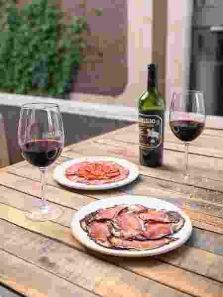 Carne com vinho faz tanto sucesso que inspirou até mesmo uma linha especial - SEBASTIAN SENA - SEBASTIAN SENA