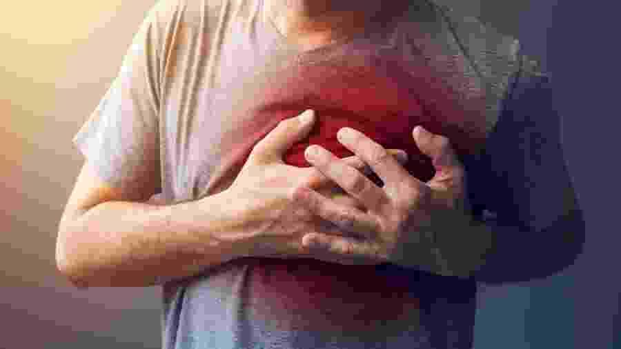 Imagem ilustra uma pessoa com problema de saúde no coração - iStock