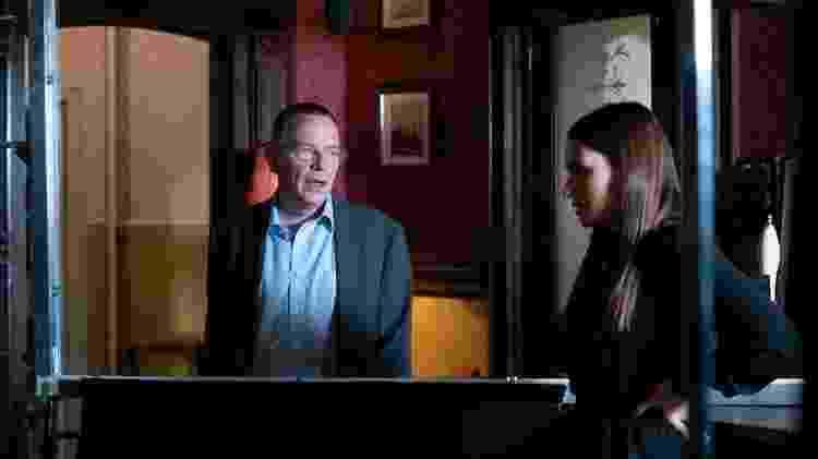 Ian Beale (interpretado por Adam Woodyat) e Dotty Cotton (interpretada por Milly Zero) atuam em ambos os lados de uma tela de acrílico - BBC - BBC
