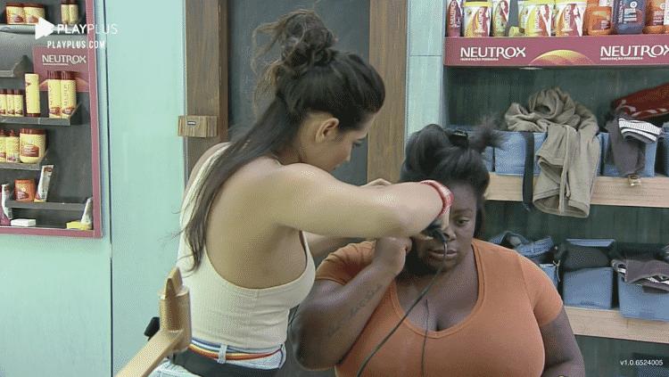 Raissa escova cabelo de Jojo na casa de 'A Fazenda' - Reprodução/Playplus - Reprodução/Playplus
