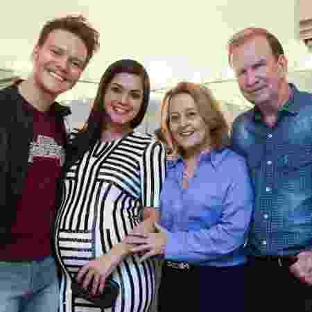 Michel Teló e Thais Fersoza na época gravída da Melinda com os pais do cantor, Nina e Aldo - Reprodução/Instagram