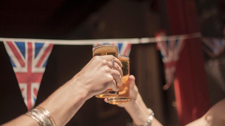 Após mais de 3 meses, Reino Unido reabre lojas e pubs - Getty Images/Westend61