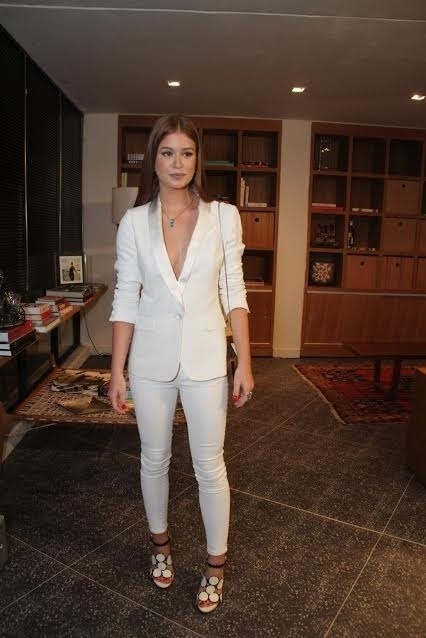 20.out.2015 - De terno branco, Marina Ruy Barbosa prestigia o lançamento da novela