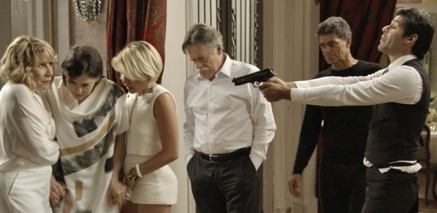 Com a ajuda de capangas, Orlando invade mansão da família de Gibson - Reprodução/A Regra do Jogo