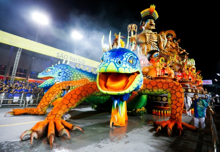 6.fev.2016 - Carro alegórico celebra os nativos de Ilhabela no desfile de Unidos de Vila Maria, na madrugada deste sábado