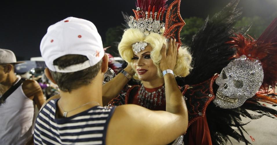 6.fev.2016 - A drag queen Salete Campari termina de se arrumar na concentração da Rosas de Ouro, que desfilou na madrugada deste sábado