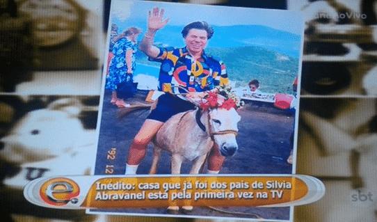 3.abr.2016 - Silvia Abravanel, filha número dois do apresentador e empresário Silvio Santos, mostrou em reportagem veiculada na tarde deste domingo (3) a imagem do pai montado em um jegue - Reprodução/SBT