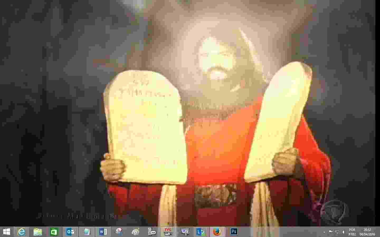 Moisés desce do Monte Sinai com o rosto iluminado e segurando a tábua com os dez mandamentos - Reprodução/TV Record