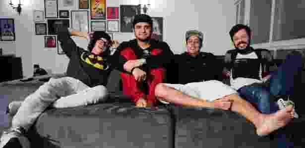 No sofá da sala, os quatro se reúnem para assistirem séries de TV. Por ali também dormem outros humoristas de outras cidades que buscam oportunidades em São Paulo - Junior Lago/UOL - Junior Lago/UOL
