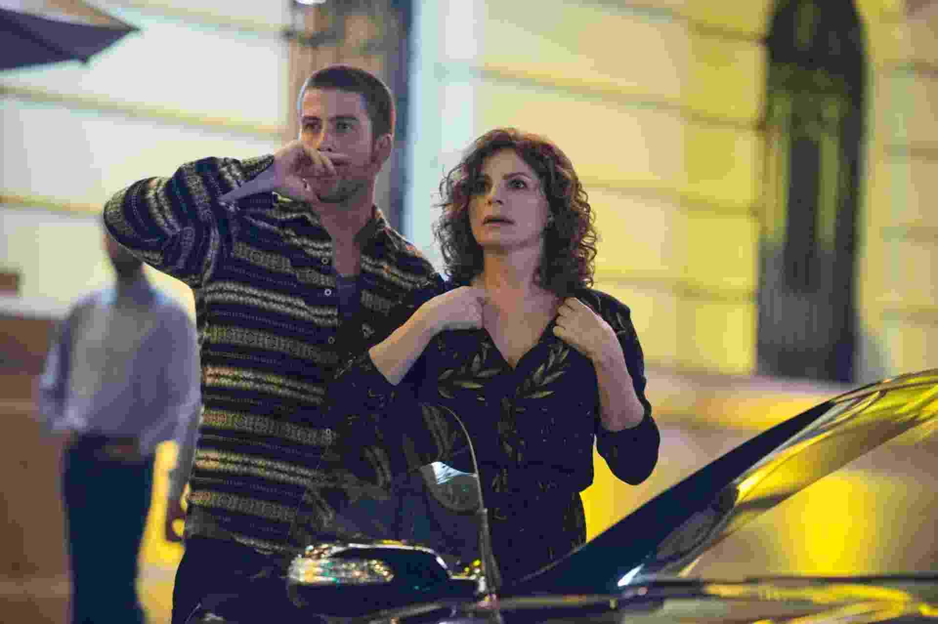 Segunda: Elisa (Debora Bloch) e Téo (Pedro Nercessian) deixam um restaurante e escutam uma batida. Na mesma rua, mais adiante, eles veem o corpo de uma mulher no asfalto e o carro que a atropelou fugindo - Estevam Avellar/Globo
