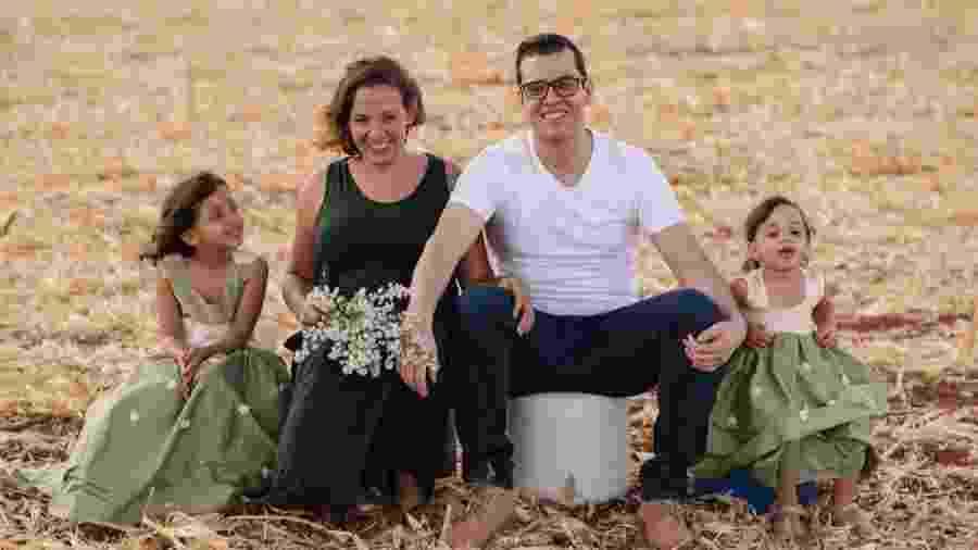 Grávida de gêmeos, Raphaella posou com o companheiro Thiago e as duas filhas, Maria Carolina, 5, e Helena, 2 - Matheus Brito/Divulgação
