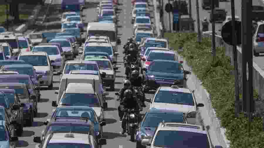 Corredor de motos em meio a congestionamento na avenida Moreira Guimarães, em São Paulo (SP): prática não é, por si, uma infração, mas pode virar uma se condutor, por exemplo, fizer ultrapassagens pela direita ou não mantiver distância lateral suficiente dos demais veículos. Portanto, recomendação é que só se pratique o ato com o trânsito parado - Apu Gomes/Folhapress