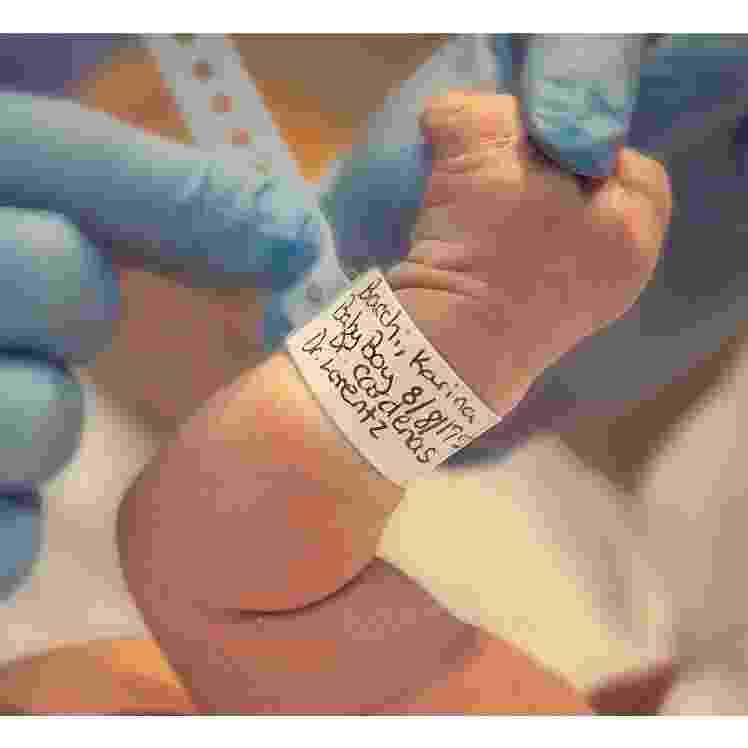 O esperado filho da atriz Karinna Bacchi, nem bem chegou ao mundo--ele nasceu na última terça-feira (8)--e já ganhou uma conta no Instagram (@enricobacchioficial). Com apenas dois dias de vida, o #babybacchi já havia conquistado mais de 30 mil seguidores, curiosos para conferirem as peripécias do bebê. - Reprodução/Instagram/@enricobacchioficial