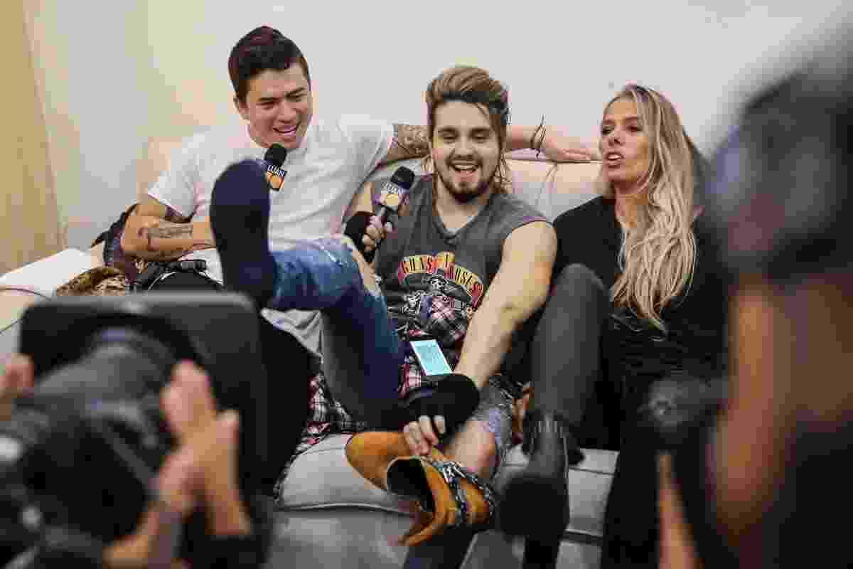 O cantor Luan Santana fez show neste sábado em São Paulo e Adriane Galisteu foi até o camarim tietar o artista. Ao lado de Whindersson Nunes, ela cheirou o pé do cantor para saber se ele tinha chulé - Manuela Scarpa/Brazil News