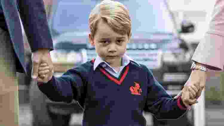 Príncipe George segura as mãos do pai e da diretora da escola - AFP - AFP