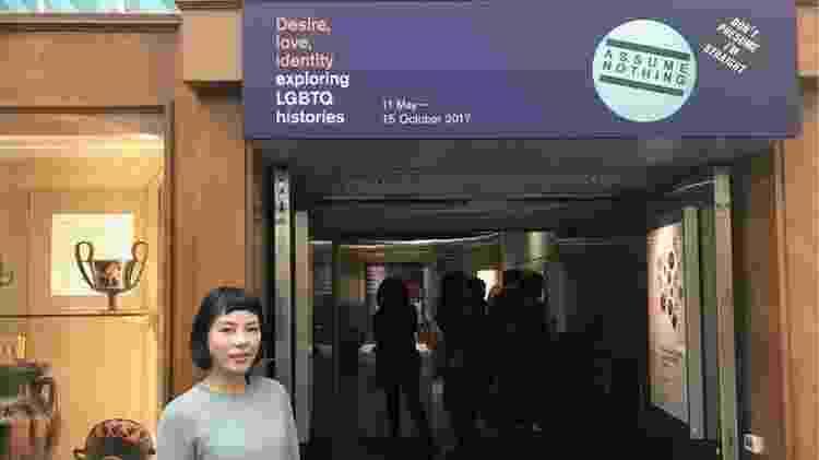 A chinesa Tao Wang critica a falta de classificação indicativa na mostra 'Desejo, Amor, Identidade: Explorando Histórias LGBTQ', do Museu Britânico, em Londres - Lígia Mesquita/BBC Brasil - Lígia Mesquita/BBC Brasil