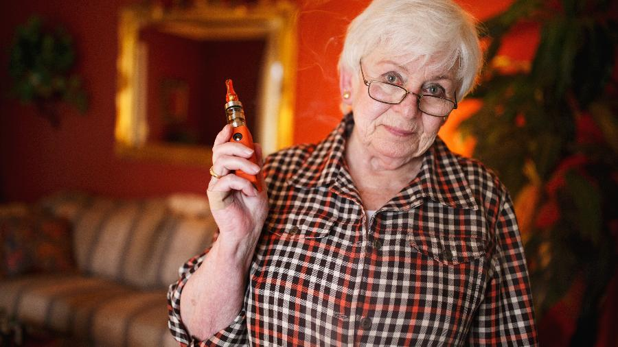 Jeannie Cox, que fumou dois maços por dia por décadas, não encostou em um cigarro convencional desde que começou a usar o eletrônico - Melissa Golden/The New York Times