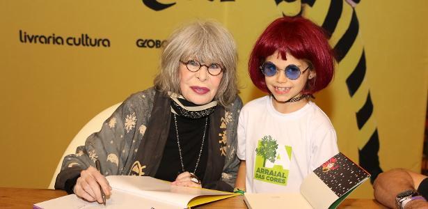 """Rita Lee dá autógrafo para garotinha durante lançamento do livro """"FavoRita"""""""