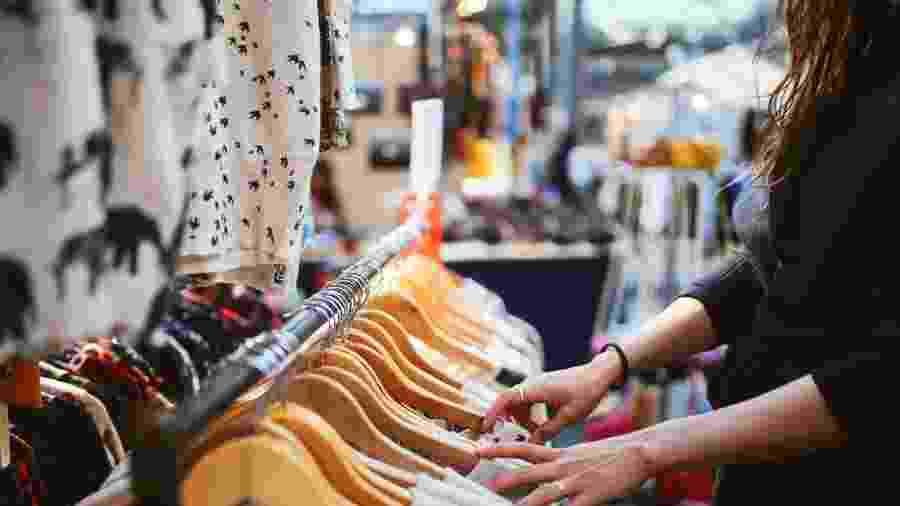 Mulheres com mais de 40 também gastam mais do que as mais jovens na compra de roupas - Getty Images