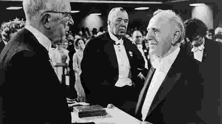 Kuznets (à direita) quis fazer algo muito diferente da concepção atual do PIB; na imagem, ele aparece recebendo o prêmio Nobel de Economia, em 1971 - Getty Images - Getty Images