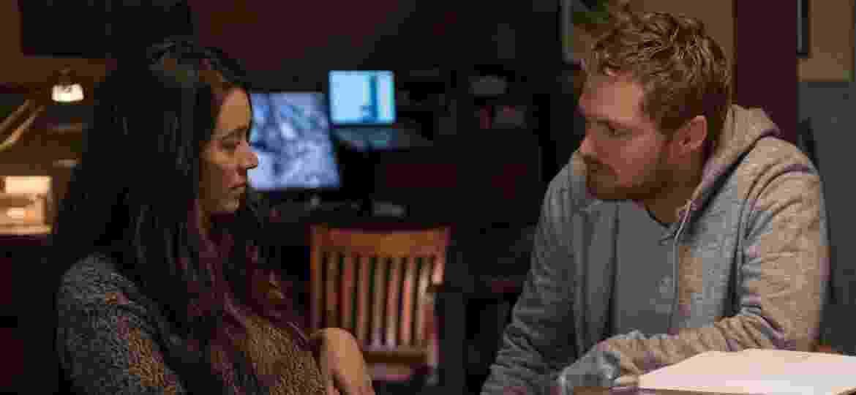 """Colleen (Jessica Henwick) e Danny (Finn Jones) conversam em cena da segunda temporada de """"Punho de Ferro"""" - Divulgação/Netflix"""