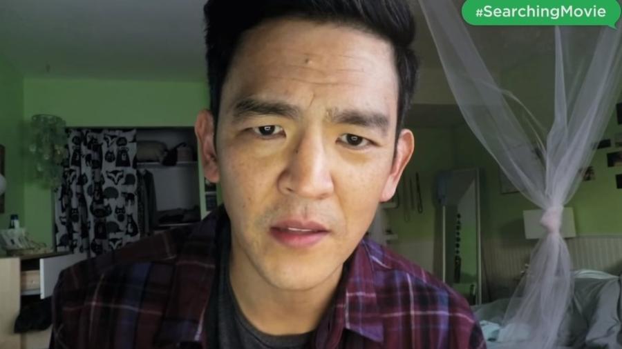 """John Cho em cena de """"Buscando..."""", do diretor Aneesh Chaganty - Reprodução"""