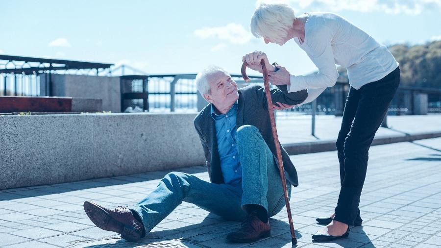 Idosos ficam mais sensíveis a queda e o acidente pode gerar fraturas, lesão, hematomas, redução da mobilidade e hospitalização - iStock