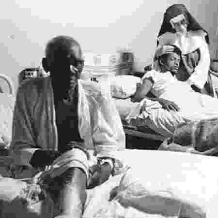 Irmã Dulce entre doentes abrigados no espaço criado por ela - Divulgação