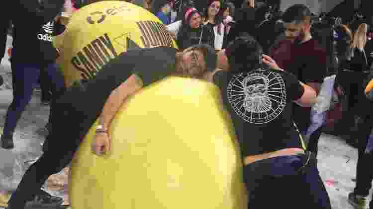 """Gigantescas bolas coloridas invadem o público quando toca """"Vamo Pulá"""" - Renata Nogueira/UOL"""