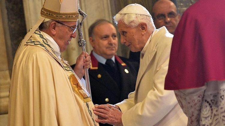 Papas Francisco e Bento 16, em imagem real; Bento 16 renunciou ao papado em 2013 - AFP