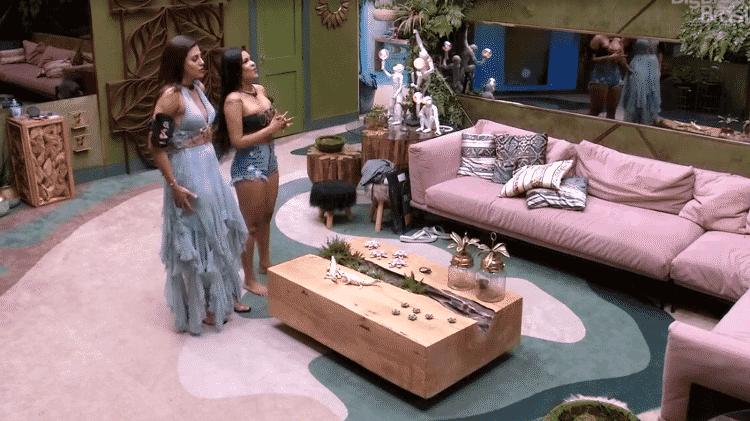 Flay e Mari conversam com produção na sala da casa - Reprodução/Globoplay - Reprodução/Globoplay