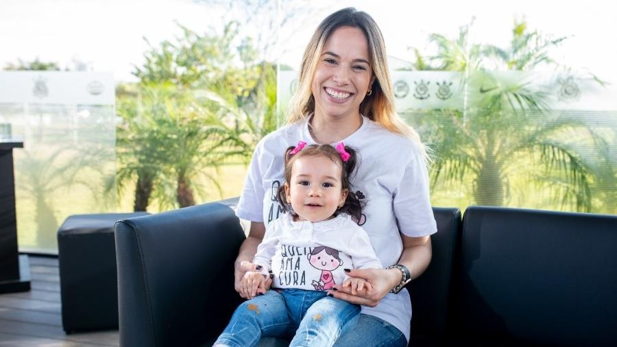 Marina, no colo da mãe Talita, tem AME, doença genética rara que que prejudica a força e o tônus muscular  - Arquivo pessoal