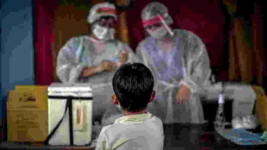 Criança indígena recebe vacina contra gripe e faz teste de covid-19 em Manaus - Andre Coelho/Getty Images