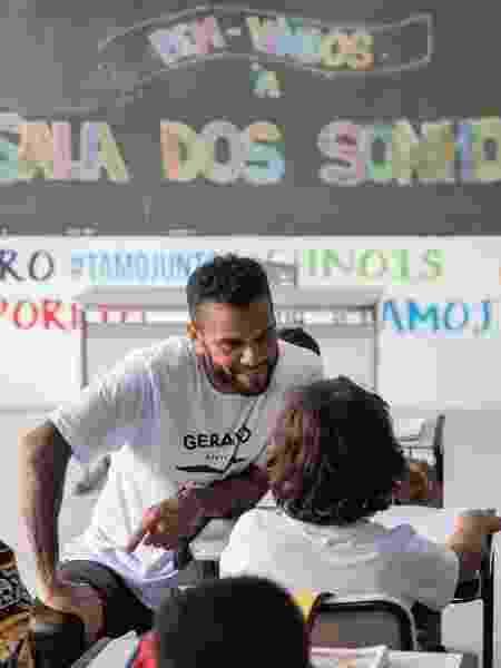 O jogador Daniel Alves participa de campanha do Instituto Gerando Falcões para arrecadação de recursos para bolsas de estudos digitais - Instagram/Gerando Falcões  - Instagram/Gerando Falcões